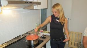 Wir sehen auch beim Marmelade einkochen spitze aus - der Beweis unsere Anna