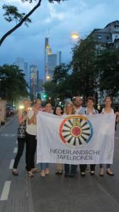 """Der niederländische Banner geht """"on tour"""" - hier mit der wunderschönen frankfurter Skyline"""