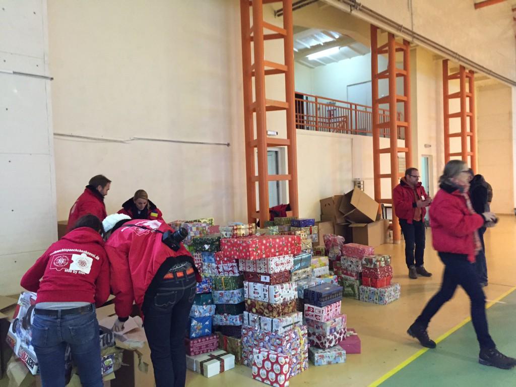 Geschenkausgabe in einer Sporthalle für Roma-Kinder
